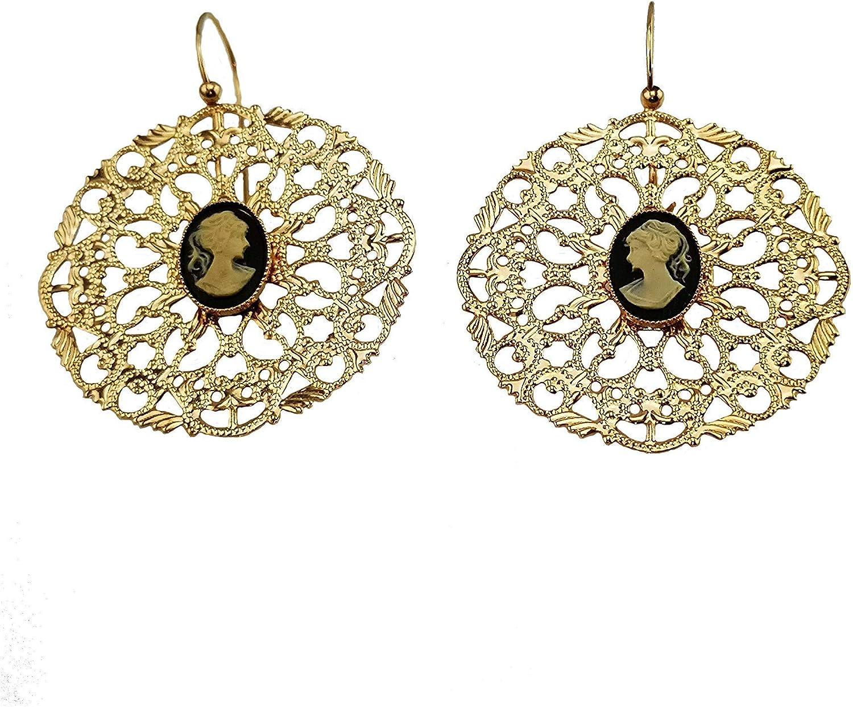 Pendientes Mokilu de latón hipoalergénico con camafeo negro. Dorado efecto oro antiguo florentino. Esmalte con cierre de gancho y con piedra natural.