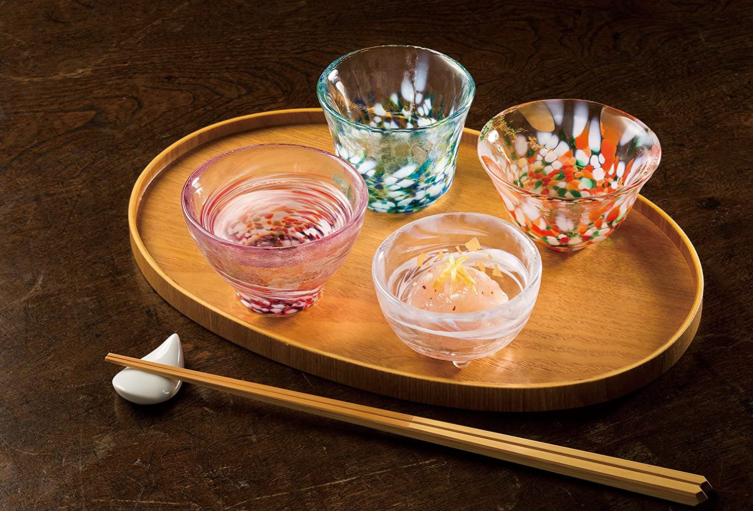 Tsugaru Biidoro with a chest of sake for four seasons
