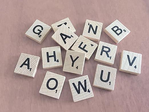 Juego de 500 + 100 FREE Scrabble letras de madera con 1 accesorio de soporte Set para Juegos de mesa, decoración de la pared & artes y artesanías por Trimming Shop: Amazon.es: Hogar