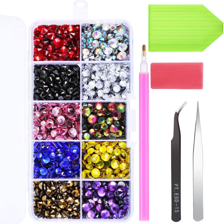 Diamantes de Imitación Hotfix Gemas Planas de Vidrio Hierro en Pegamento Cristales AB 5 Tamaños 2-6,5 MM (SS6-SS30) en Caja de Almacenaje con Pinza y Herramienta de Selección (5000 Piezas)