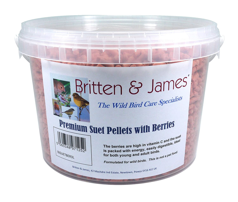 Britten & James Premium Suet Pellets AVEC DES BAIES. Un formidable complément énergétique pour les oiseaux sauvages dans une cuve refermable de 3 litres. Les baies sont riches en vitamine C et le suif est rempli d'énergie et est très digeste, ce qui re