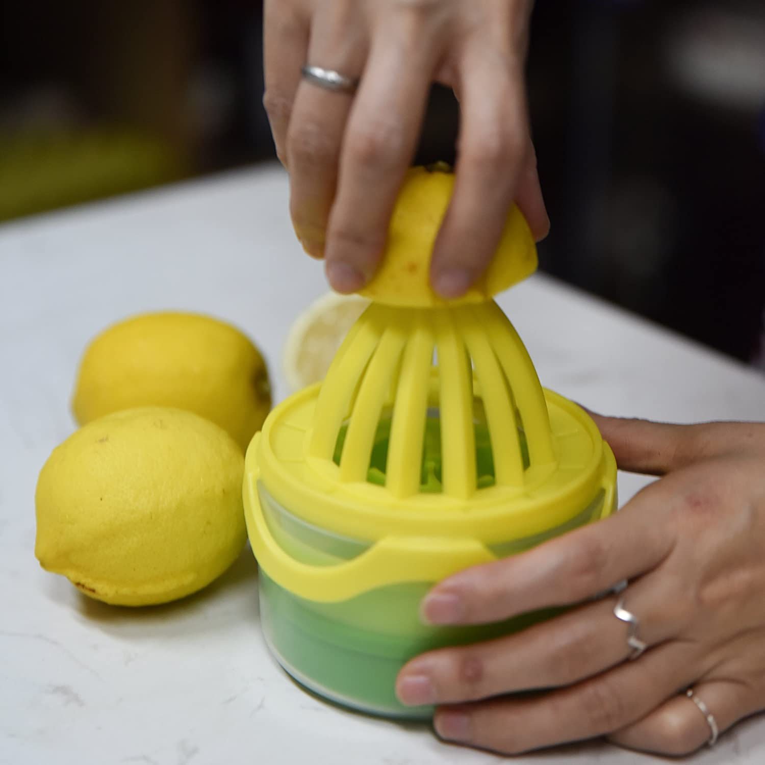 2 in 1 Manual Lemon Juicerwith Silicone Icy Tray /Measuring Cup, Multifunctional Kitchen Tools - Yellow