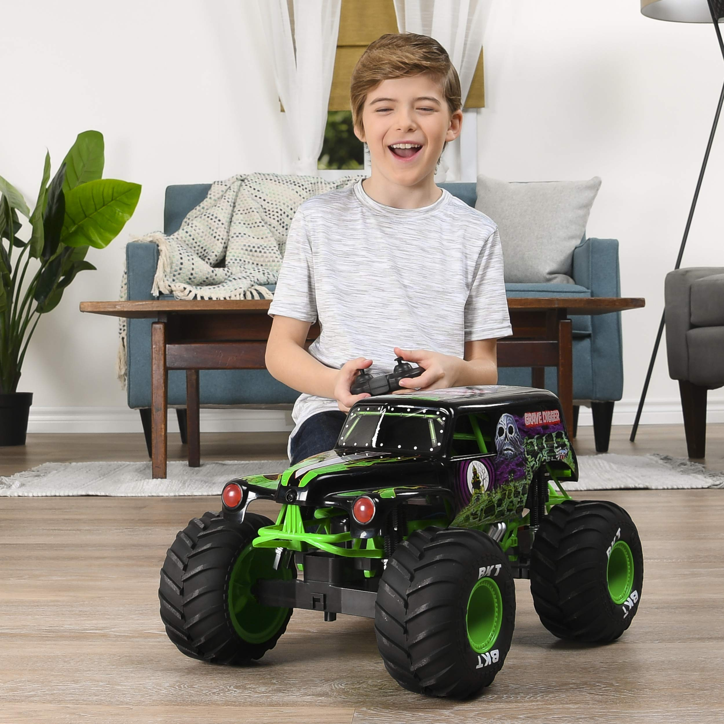 Monster Jam Official Grave Digger Rc Truck 1: 10 Scale with Lights & Sounds For Ages 4 & Up by Monster Jam (Image #3)