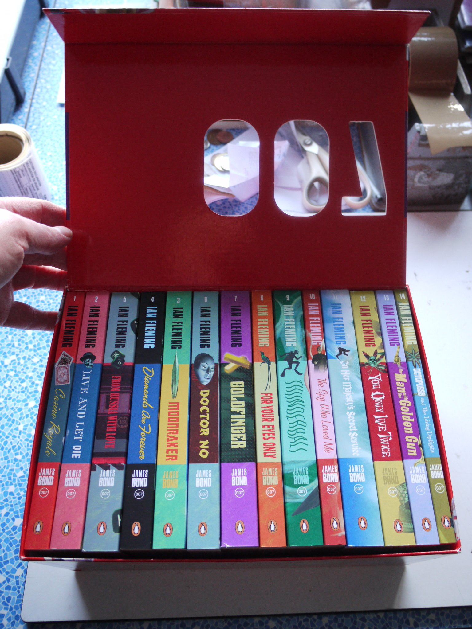 Amazon.fr - THE PENGUIN 007 COLLECTION all 14 JAMES BOND books in a nice  box - IAN FLEMING - Livres