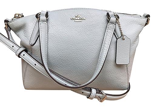 fec69ad02 Esta mini bolsa cuenta con un diseño sofisticado con detalle de color  dorado. Cuenta con correa ajustable de 24 pulgadas y manijas de cuero  dobles de 4 ...