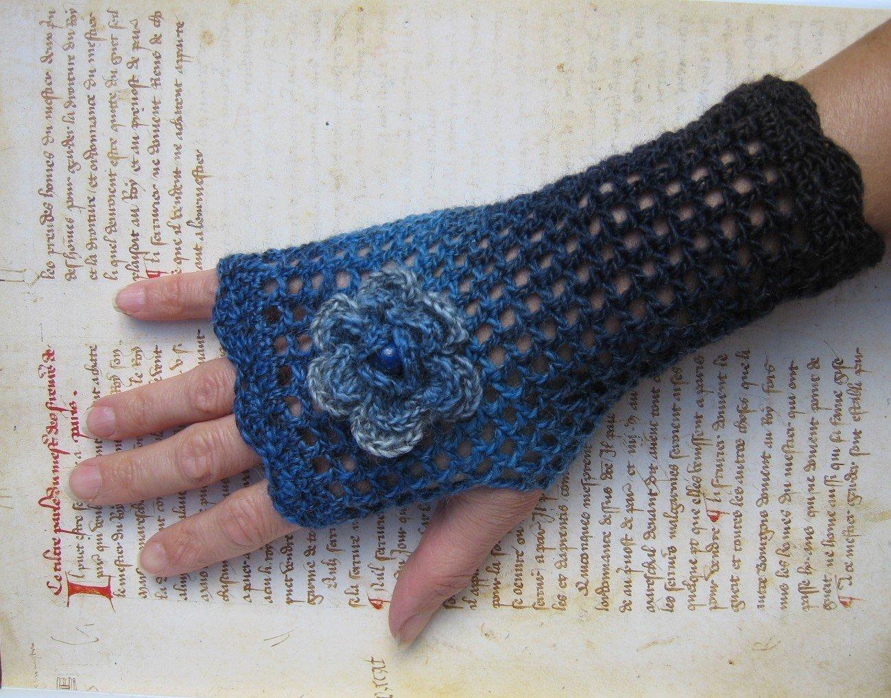 Mitaines bleues océan jeans en laine fleur avec perle gemme précieuse Lapis-Lazuli au crochet victorien victoriennes steampunk gothique laine dégradée HIVER idée cadeau de Noël Lilith Creation