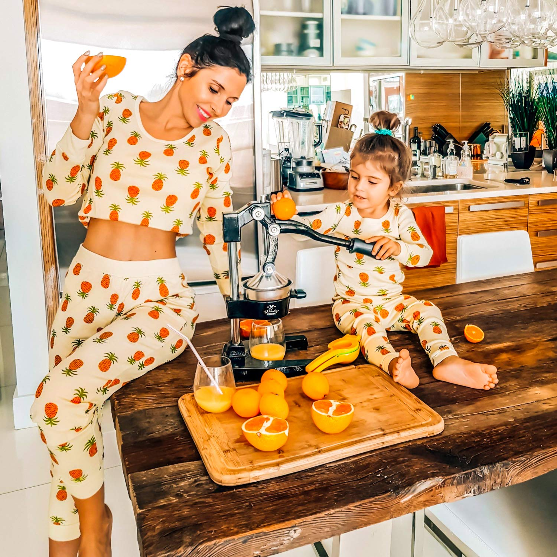 Zulay Professional Citrus Juicer - Manual Citrus Press und Orange Squeezer - Metal Lemon Squeezer - Premium Quality Heavy Duty Manual Orange Juicer und Lime Squeezer Press Stand, Black