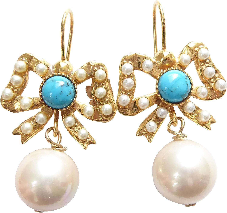 Romántica dorados pendientes con una piedra preciosa turquesa de media, pequeñas perlas de agua dulce y una perla sintética blanca
