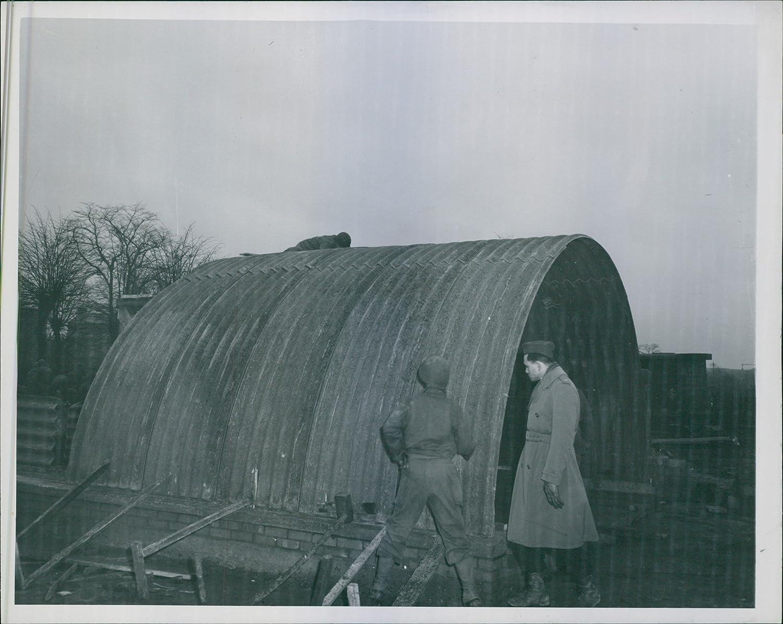 Vintage fotográfico de un oficial de un ingeniero unidad inspeccionará la parte superior y laterales de una curva amianto tipo cabaña.: Amazon.es: Hogar