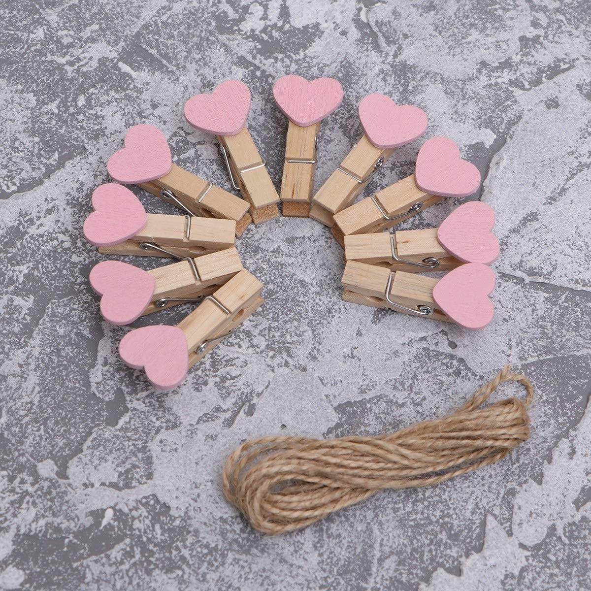 Amosfun 50PCS mini mollette a forma di cuore clip di carta fotografica in legno memo Paper Cards immagini notes Craft mollette con spago di iuta cordoncini matrimonio festa di compleanno decorazioni