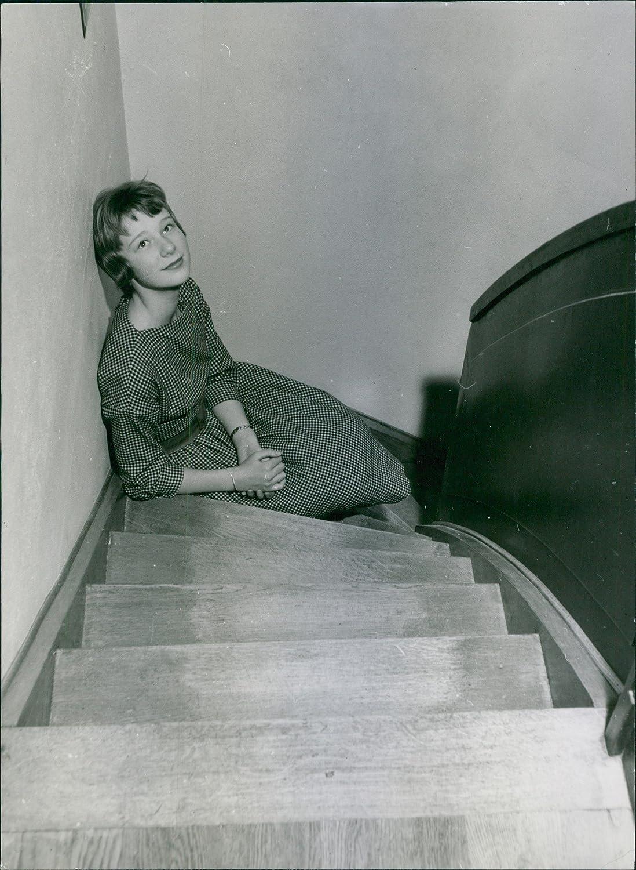 Vintage foto de una mujer sentada en la escalera.: Amazon.es: Hogar