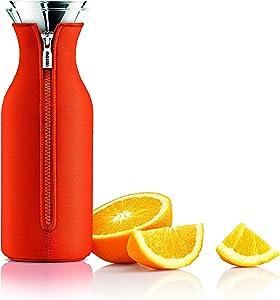 Kühlschrankkaraffe, EVA SOLO Wasserkaraffen kaufen, Skandinavisches Design, 1l, Borrosilikat-Glas, Edelstahl, Silikon, spülmaschinenfest, 100% tropffrei wie auch mit Neoprenmantel in Juicy Orange.