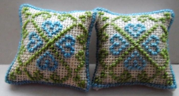Cojines de diseño bordados a mano con corazones azules escala 1/24