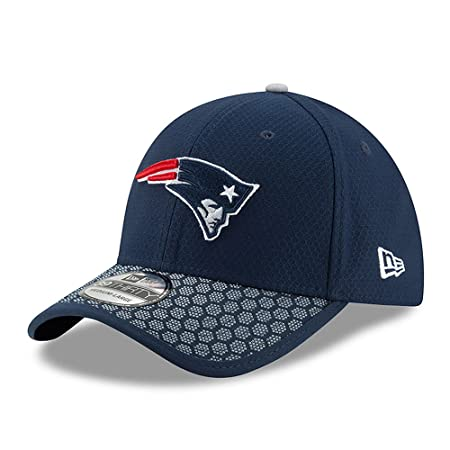 buy online a8515 63b92 Amazon.com   New Era New England Patriots Super Bowl LII Side Patch  Sideline 39THIRTY Flex Hat   Sports   Outdoors