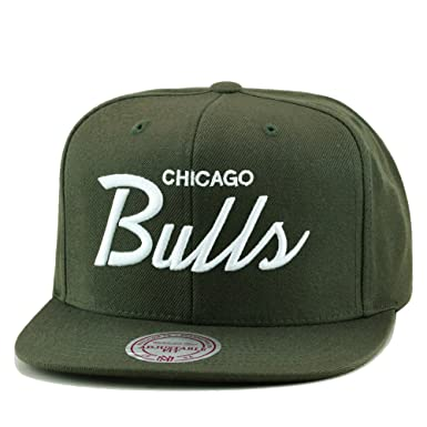 Amazon.com  Mitchell   Ness Chicago Bulls Snapback Hat Army Green ... 4efe300d1f22