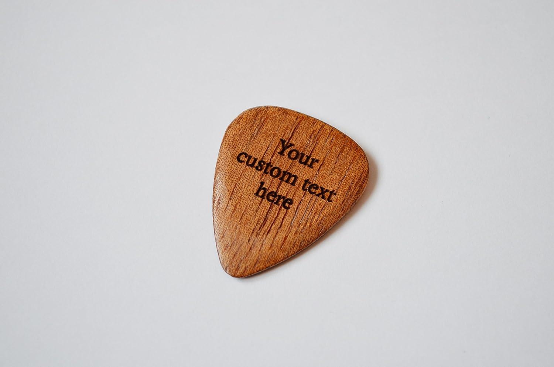 Púa de guitarra personalizada. Grabado con hasta 30 letras. Madera de Sapele. Caja de regalo.: Amazon.es: Instrumentos musicales