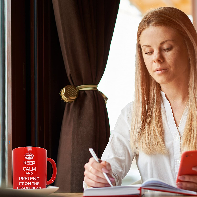 Dono dello Studente Insegnante Addio Scolastico THE TWIDDLERS Tazza per Insegnanti Rosso Keep Calm And Pretend Its on The Lesson Plan di Citazione Regalo Perfetto per Il Tuo Prof Preferito