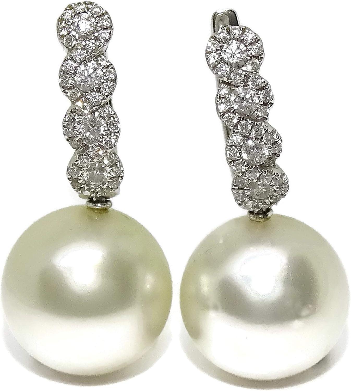 Preciosos pendientes de oro blanco de 18k con 0.56cts de diamantes y perlas australianas de 13mm. Cierre de pala.