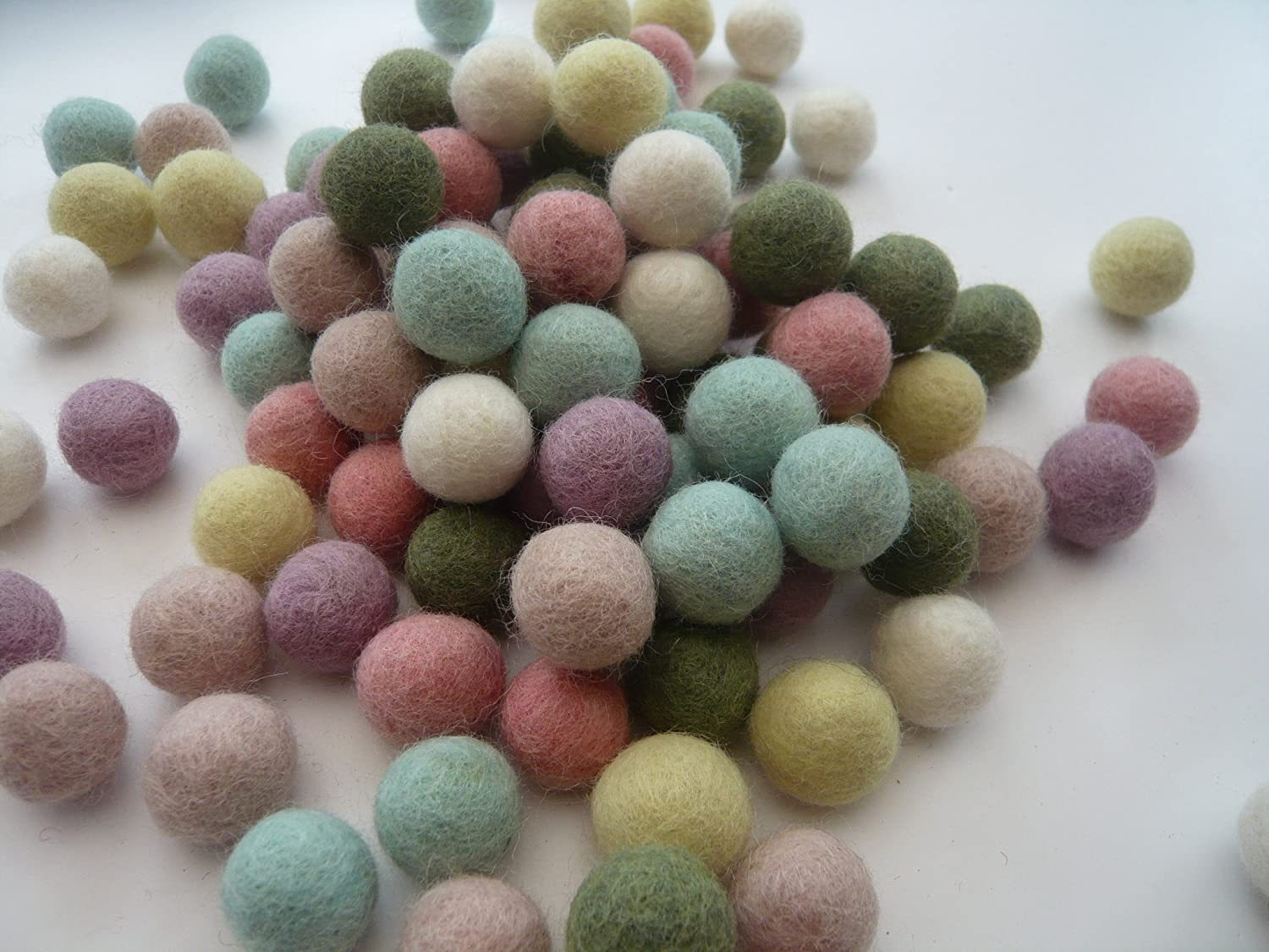 Heidifeathersハンドメイドフェルトボール – Choose Size And Mix 80g 2.8oz 5060329984875  2cm Pastels B01JZK19E6