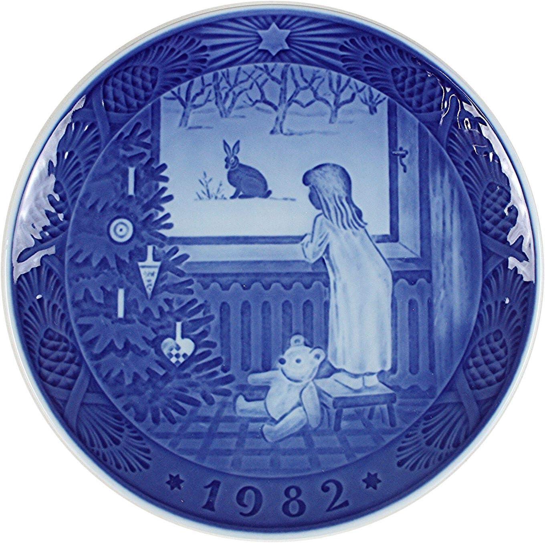 Royal Copenhagen Christmas Plate 2001 Watching the Birds 1901101