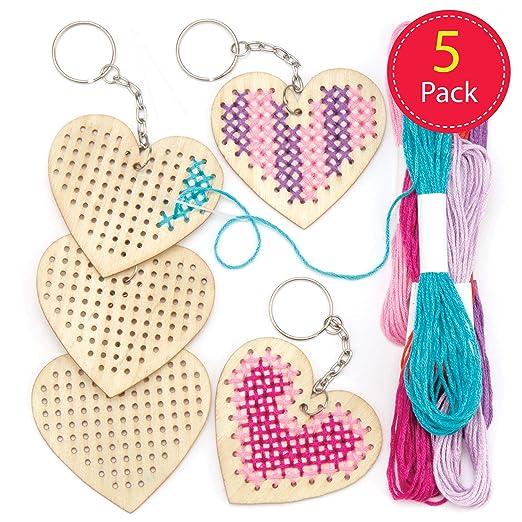 Baker Ross- Kits de llaveros de Madera con Forma de corazón para Punto de Cruz (Pack de 5) Que los niños Pueden Crear y Decorar para San Valentín y el Día de