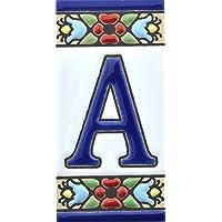 Borden met cijfers en nummers op veelkleurige keramische tegels. Handgeschilderde draadtechnologie voor borden met namen…