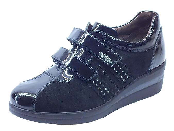 Sneakers NeroGiardini per donna in vernice e camoscio nero doppio strappo