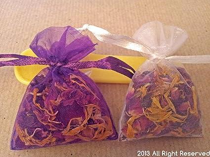 Seca pétalos de rosa y Marigold pétalos en pequeñas bolsas ...
