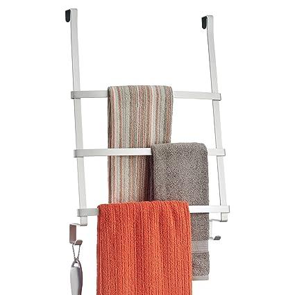 mDesign Toallero para baño – Práctico colgador para tres toallas y dos ganchos – Moderno secatoallas