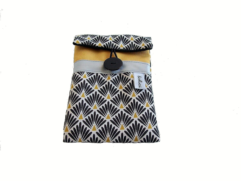 etui téléphone jaune moutarde et noir a imprimé losanges , pochette iphone en tissu a motifs geometriques , housse de portable femme