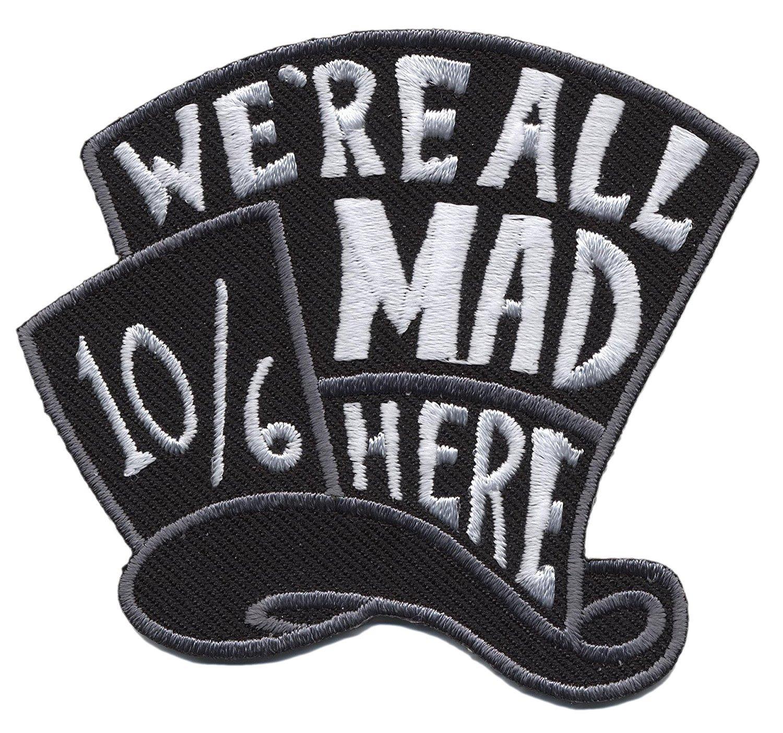 Alice in Wolderland siamo tutti Mad Hatter borsa jeans giacca stemma ricamato toppa da cucire o termoadesivo 7cm x 6cm Wardah Limited