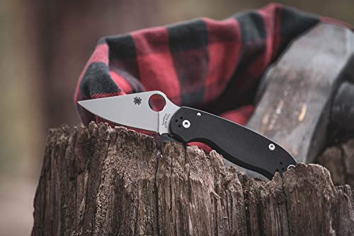 The Spyderco Para 3 has leaf blade and slim handle