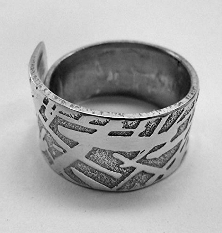 Anillo de aluminio abierto con texto personalizado. grabado art/ísticamente