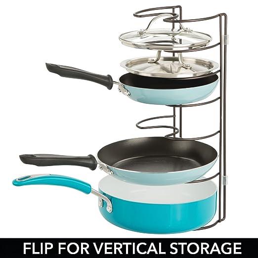 mDesign Soporte para sartenes, tapas y cacerolas - Compacto organizador de tapas de ollas para los armarios de la cocina - Estante de metal para utensilios ...