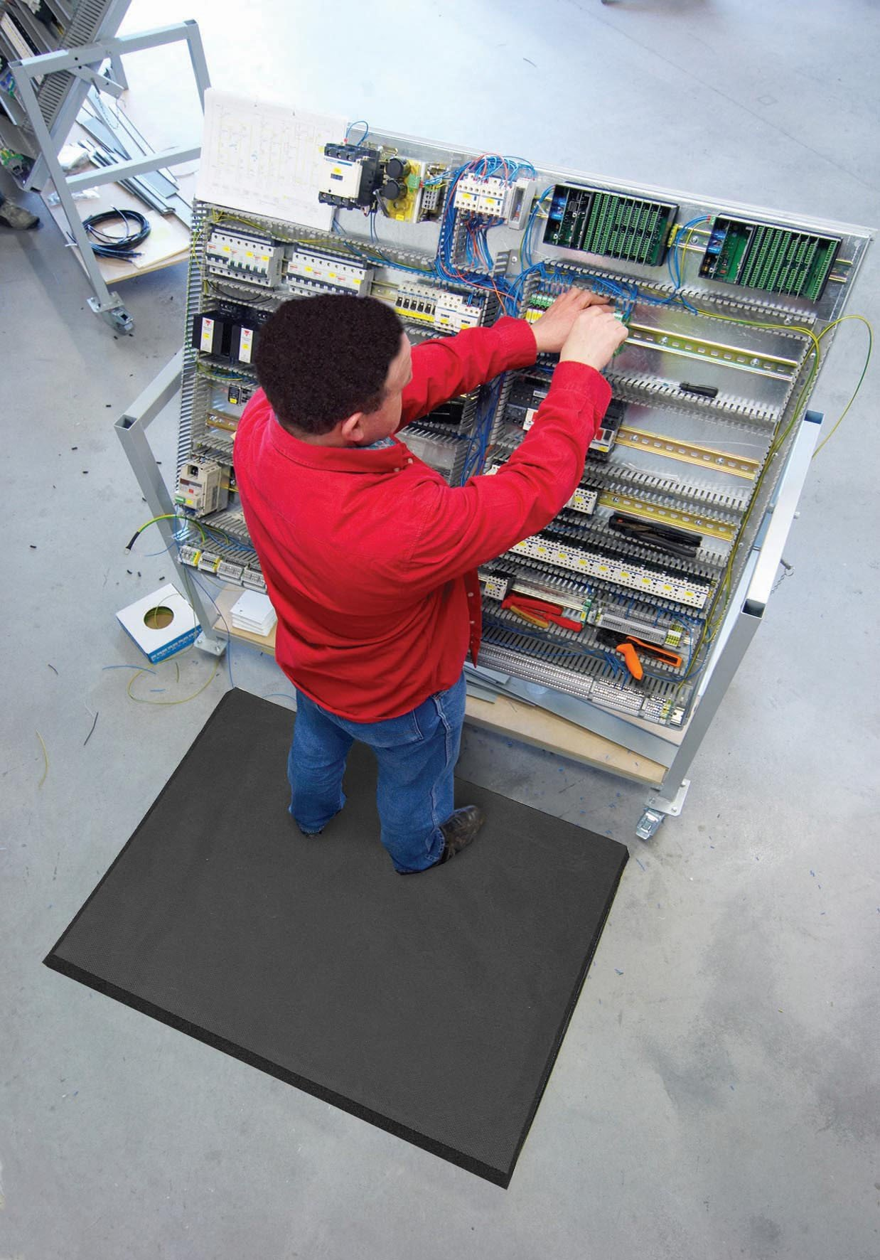 NoTrax T17 Superfoam Safety/Anti-Fatigue Floor Mat, for Dry Areas, 3' Width x 5' Length x 5/8'' Thickness, Black by NoTrax (Image #2)