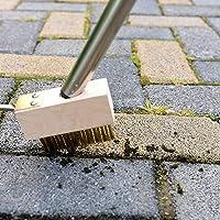 Gereedschap voor het verwijderen van mos uit scheuren aan de brug. Metalen borstel voor onkruid ook voegen van onkruid.