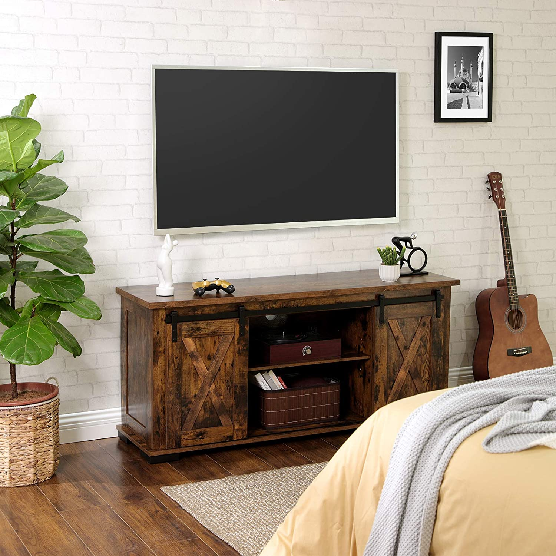 VASAGLE Mueble de TV con puertas correderas de granero, soporte de TV para televisores de 60 pulgadas, consola de centro de entretenimiento rústico con almacenamiento, estante ajustable y pies, para sala de