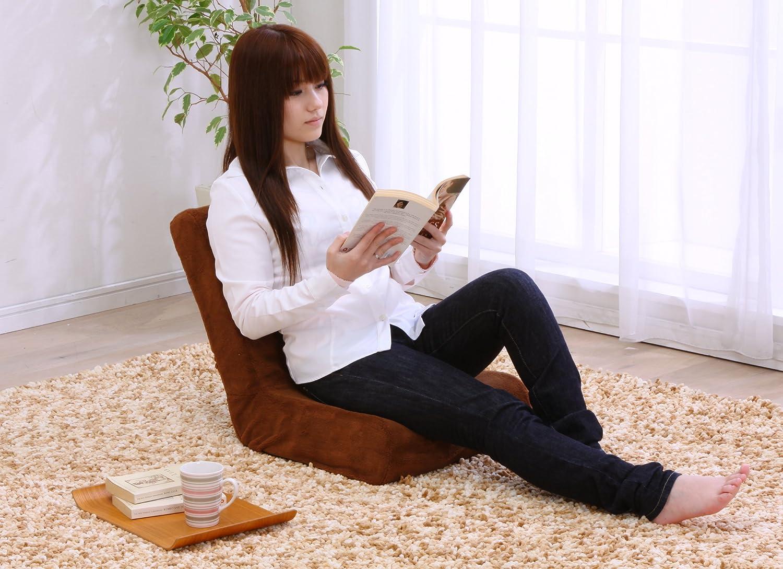 座椅子に座りながら読書する女性