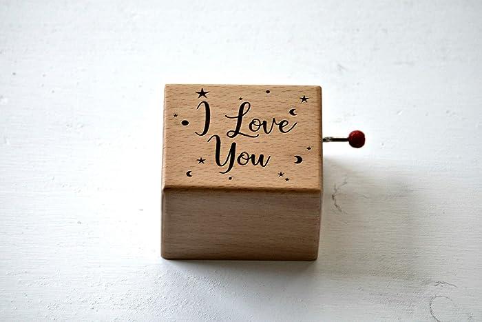 """Caja de música de madera grabada con """"I love you"""". Melodía:"""