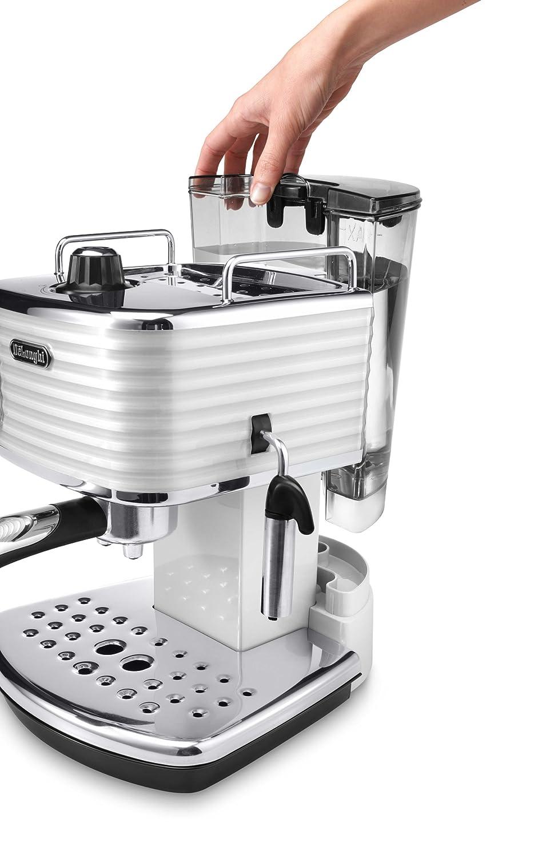 Wassertank herausnehmen bei der Espresso Siebträgermaschine bis 200 Euro De'Longhi ECZ 351.W Scultura