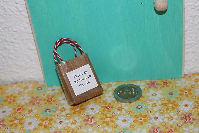 Puerta mágica del Ratoncito Pérez con una pequeña bolsita ...