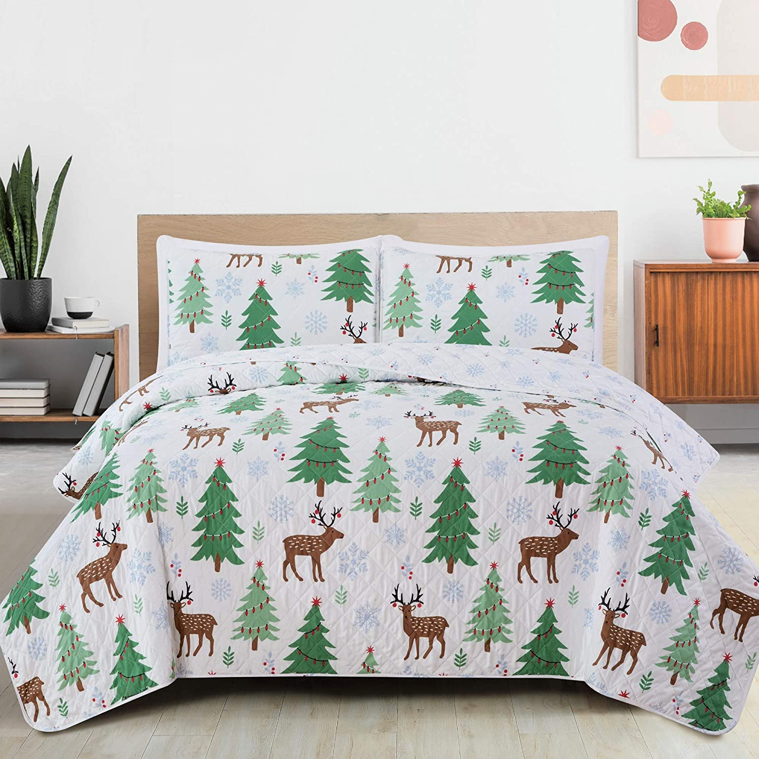 Great Bay Home 3-Piece Reversible Quilt Set with Shams. Microfiber Bedspread with Holiday Pattern. Holly Collection Holiday Quilt Set (King)