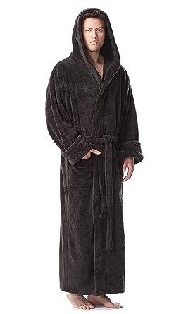 Ein Mann in einen Bademantel und Hausschuhe, hält eine Tasse