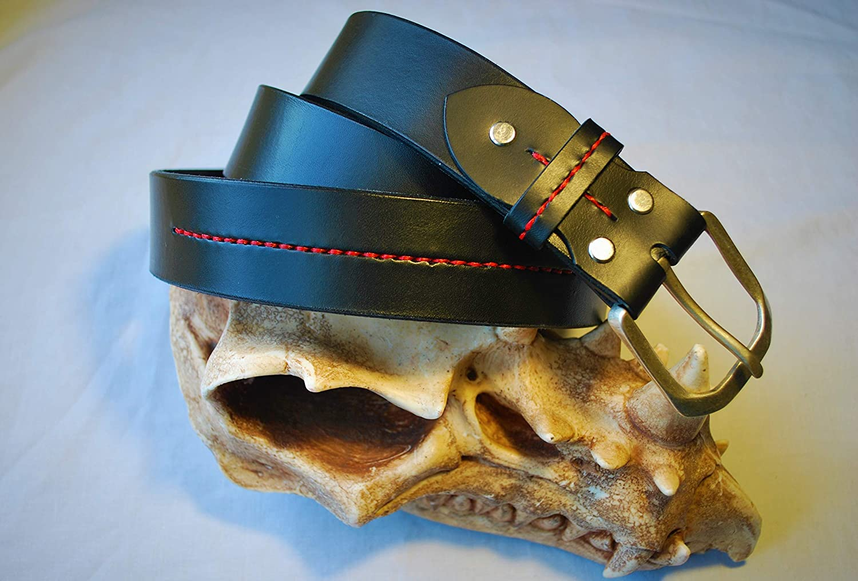 Cinturon de cuero con cosido decorativo.
