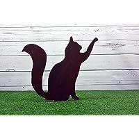 Sagoma da giardino in acciaio corten gatto con la zampa alzata.