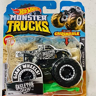 Hot Wheels Monster Trucks Giant Wheels Black & White 4/6 1:64 with Crushable car, Skeleton Crew: Toys & Games