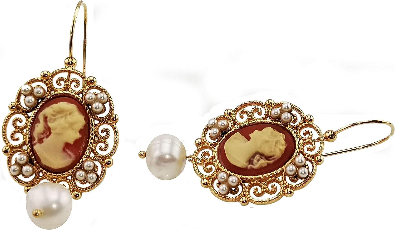 Pendientes Mokilu de latón hipoalergénico con oro 24 K efecto oro antiguo, con cierre de gancho. Cameo de color coral rosa, pequeñas perlas de color marfil y dos perlas naturales.