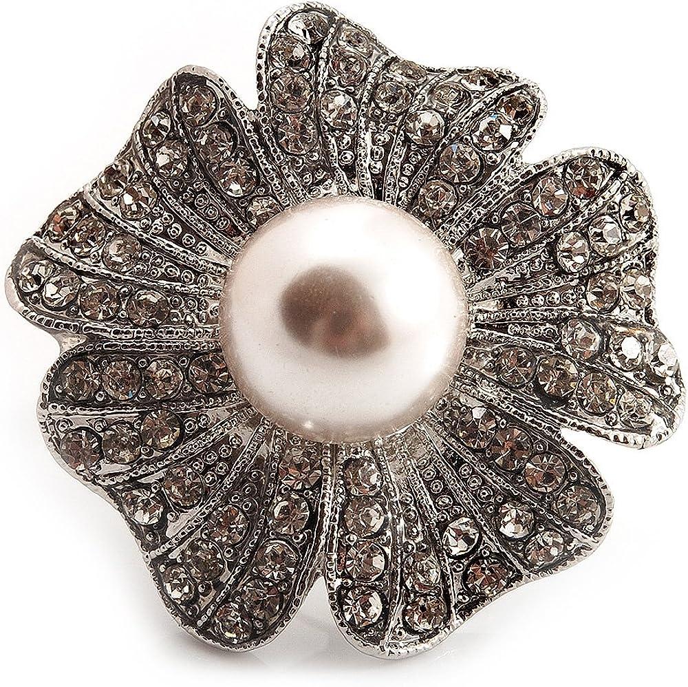 Anillo de gran tamaño, con diamante y perla, en diseño de una margarita, estilo cóctel, de metal en tono plateado y de 4cm de diámetro