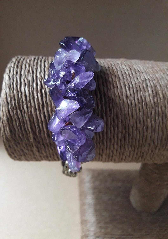 Pulsera artesanal de autenticas piedras amatista. se puede ajustar la talla entre minímo 19cms y máximo approx.20 cms i.e es recomendable para las mujeres con la muñeca de talla M ó L
