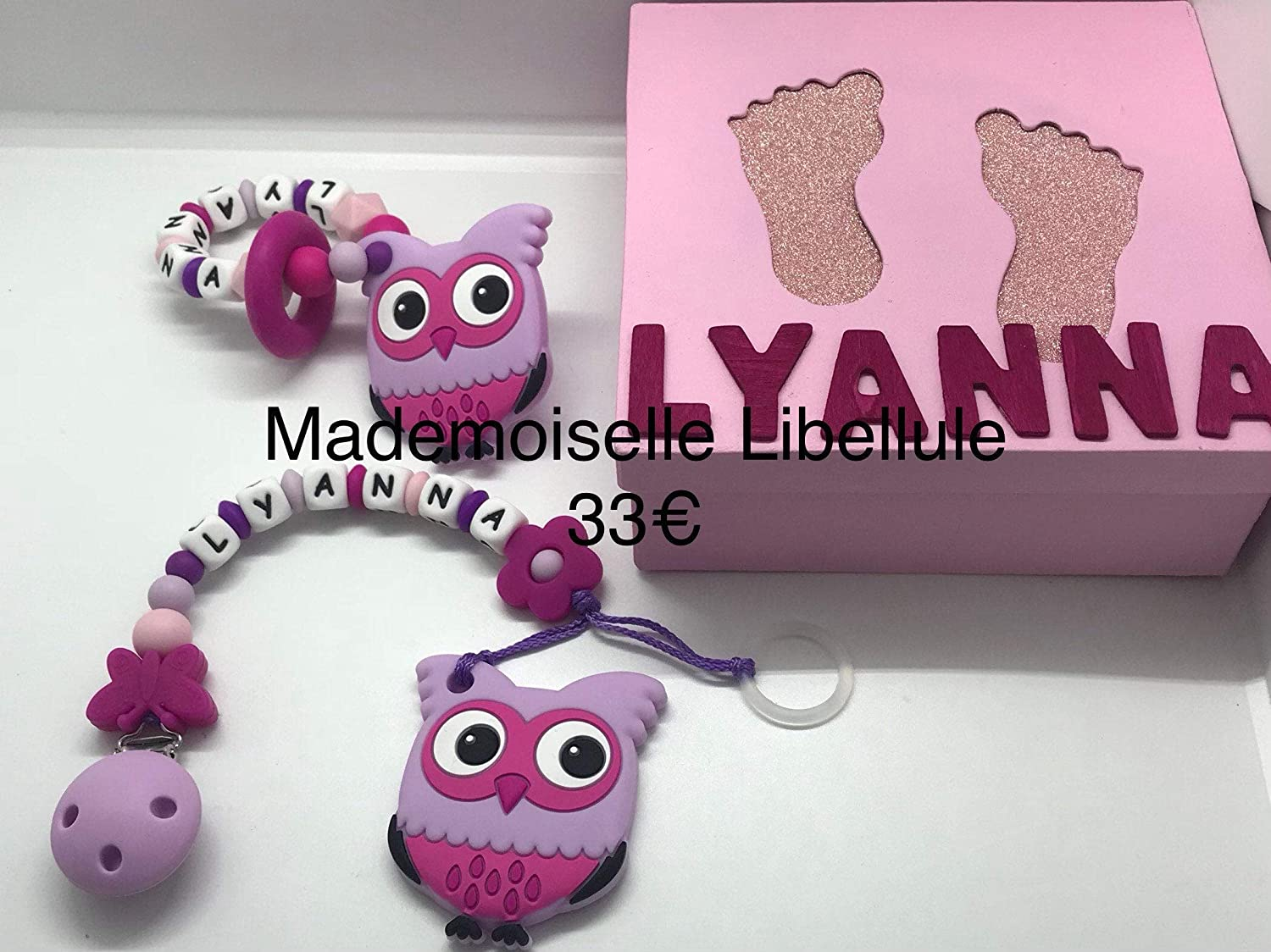 Personalised box including a lollipop attachment and a dentition bracelet in a decorated box